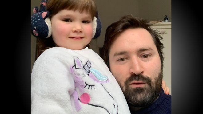 'Dinosaurs In Love': menina de 3 anos viraliza com música que ela mesma compôs