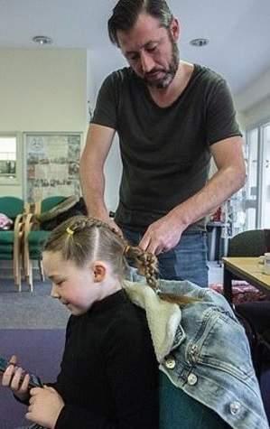 Pai aprende a fazer penteados para ficar mais tempo com a filha