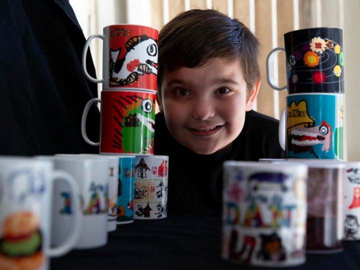 Desenhos de menino autista viram canecas que, com a venda, ajudam família a enfrentar a crise
