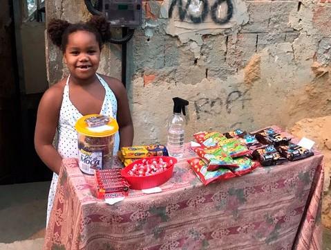 """Menina de 7 anos """"abre o próprio negócio"""" para ajudar a mãe: """"Vendeu R$ 20"""""""