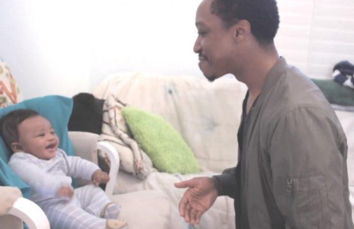 Pai faz batalha rap com bebê e ele cai na gargalhada. Vídeo
