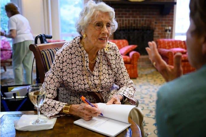 Aos 101 anos, essa mulher publicou seu primeiro livro de poesia
