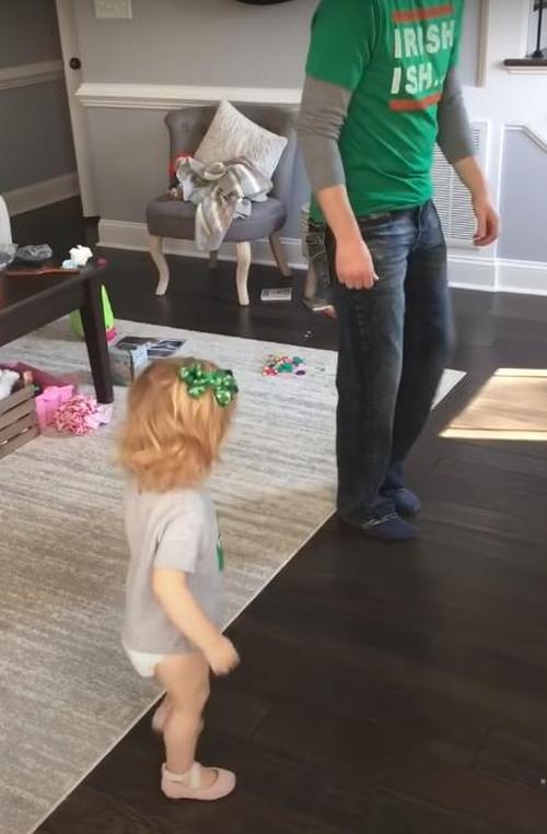Garotinha ensina papai os seus passos favoritos do Sapateado Irlandês