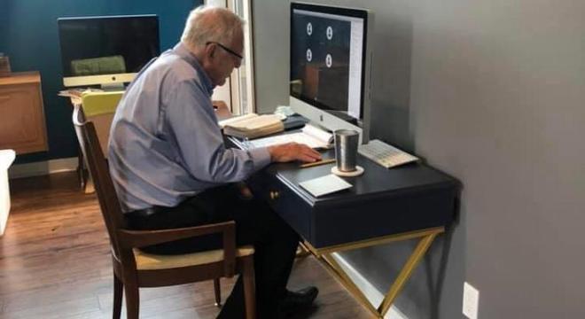 Professor de 91 anos viraliza após ser fotografado dando aula online