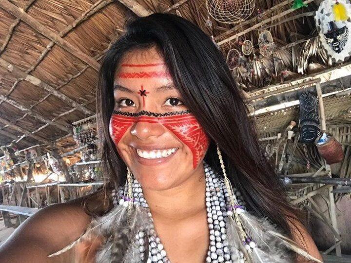 Jovem indígena se torna influenciadora no TikTok e mostra sua cultura para o mundo.