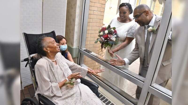 Noiva se casa em asilo para que sua mãe pudesse estar em seu casamento. Foi uma cena linda!