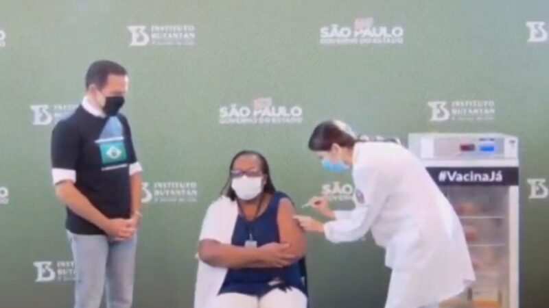 Enfermeira do Emílio Ribas recebe dose da CoronaVac e é a 1ª brasileira vacinada