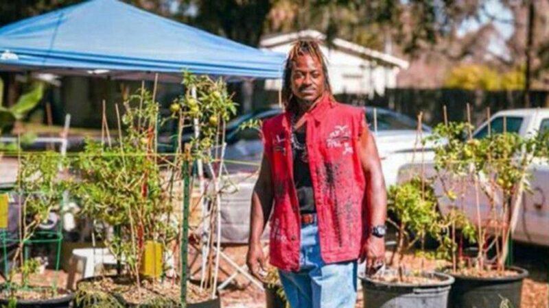 Com dinheiro recebido de auxílio do governo, homem cria horta para alimentar comunidade