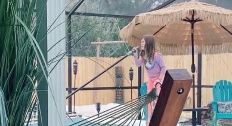 Menina de 8 anos viraliza cantando enquanto faz suas tarefas