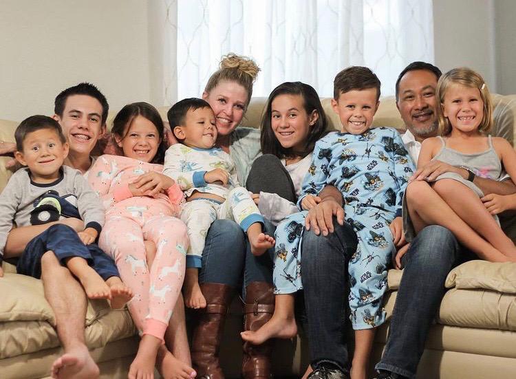 Casal adota 7 irmãos que perderam os pais em acidente