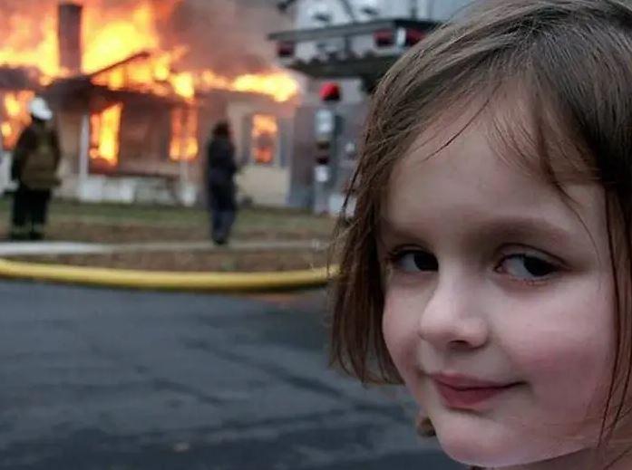 Meme da garotinha que parece ter colocado fogo em casa é vendido por R$ 2,5 mi