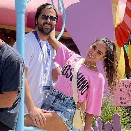 Após assumir namoro, Anitta aparece agarradinha com Michael Chetrit durante passeio com amigos