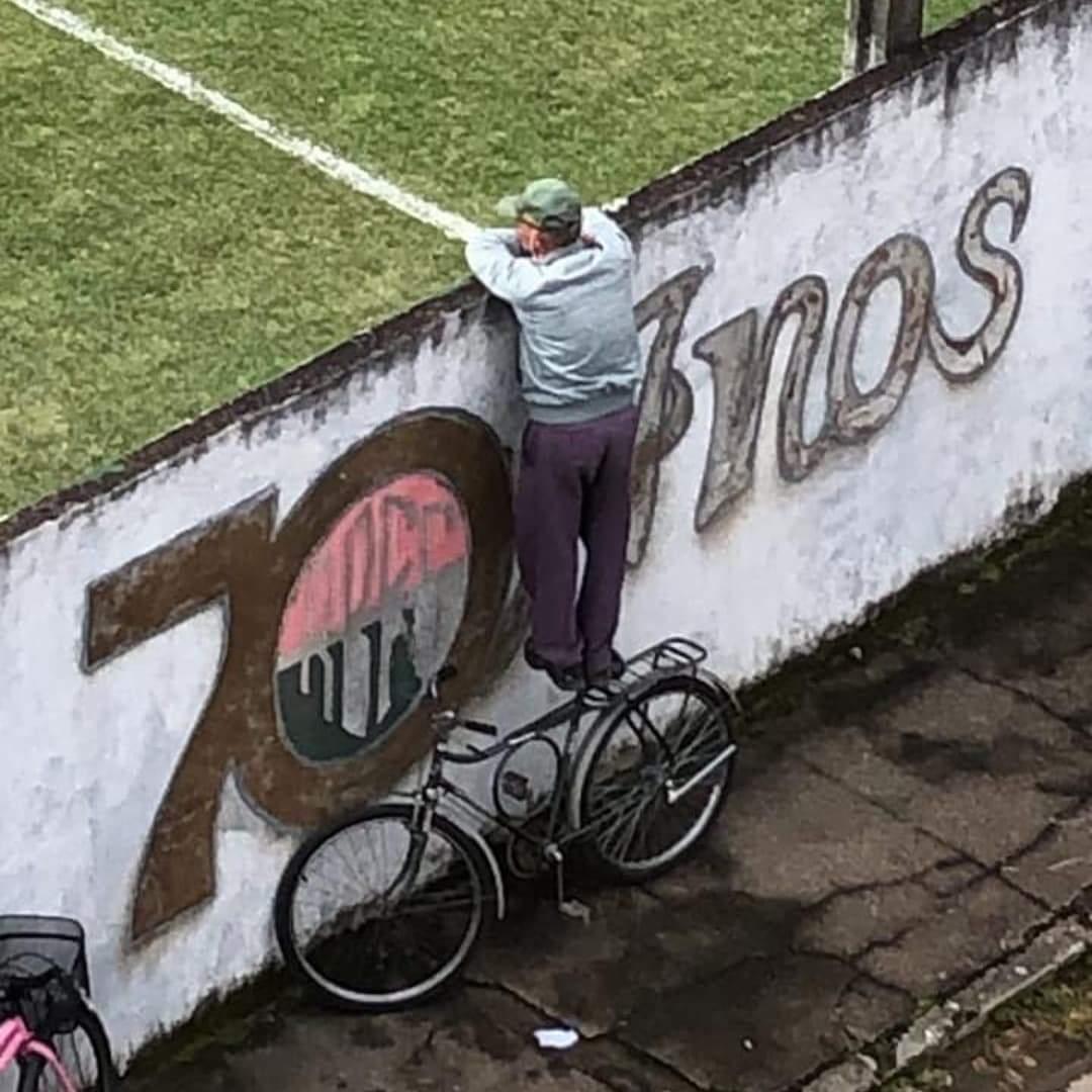 Torcedor do Rio Branco VN recebe homenagem e camisa do clube após viralizar nas redes sociais