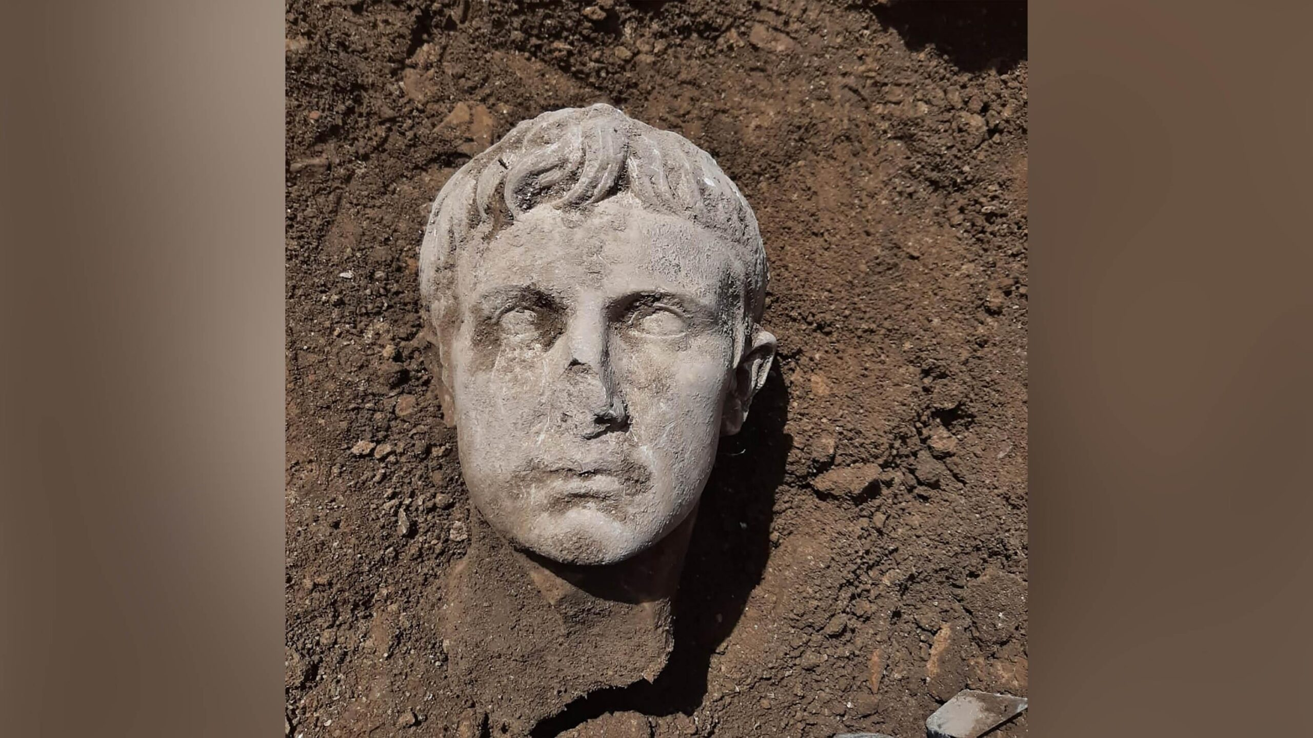 Cabeça de mármore de 2.000 anos do primeiro imperador de Roma é descoberta