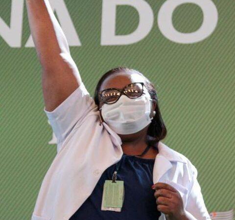 Sou prova viva de que Coronavac é eficaz, diz 1ª pessoa vacinada no Brasil